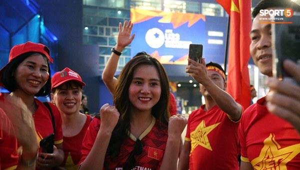 Fan nữ khoe sắc trên khán đài, tiếp lửa trận cầu sinh tử U23 Việt Nam gặp U23 Jordan-6