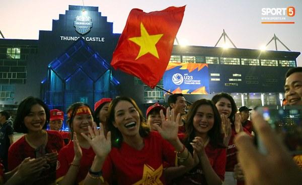 Fan nữ khoe sắc trên khán đài, tiếp lửa trận cầu sinh tử U23 Việt Nam gặp U23 Jordan-7