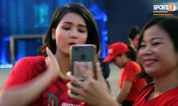 Fan nữ khoe sắc trên khán đài, tiếp lửa trận cầu sinh tử U23 Việt Nam gặp U23 Jordan-9