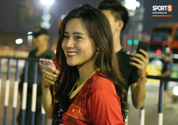Fan nữ khoe sắc trên khán đài, tiếp lửa trận cầu sinh tử U23 Việt Nam gặp U23 Jordan-10