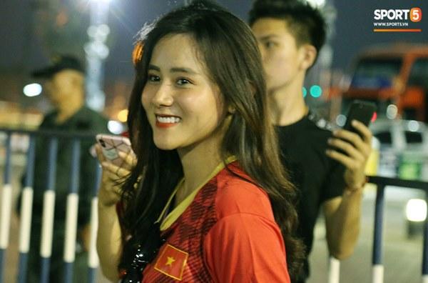 Fan nữ khoe sắc trên khán đài, tiếp lửa trận cầu sinh tử U23 Việt Nam gặp U23 Jordan-12