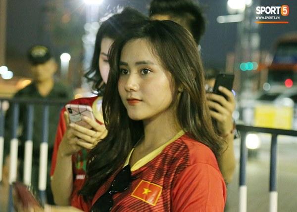 Fan nữ khoe sắc trên khán đài, tiếp lửa trận cầu sinh tử U23 Việt Nam gặp U23 Jordan-13