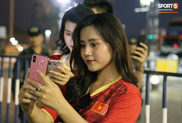 Fan nữ khoe sắc trên khán đài, tiếp lửa trận cầu sinh tử U23 Việt Nam gặp U23 Jordan-14