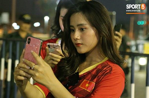 Fan nữ khoe sắc trên khán đài, tiếp lửa trận cầu sinh tử U23 Việt Nam gặp U23 Jordan-15