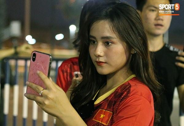 Fan nữ khoe sắc trên khán đài, tiếp lửa trận cầu sinh tử U23 Việt Nam gặp U23 Jordan-16