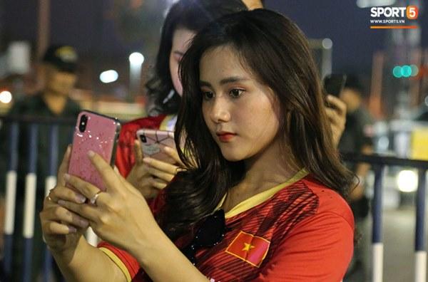 Fan nữ khoe sắc trên khán đài, tiếp lửa trận cầu sinh tử U23 Việt Nam gặp U23 Jordan-17