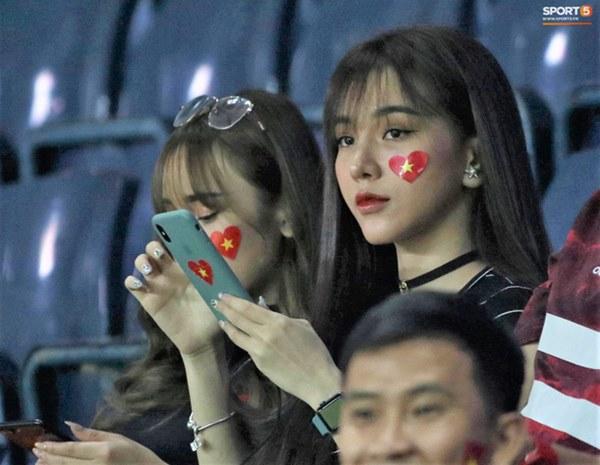 Bạn gái Hoàng Đức chiếm spotlight với góc nghiêng thần thánh khi sang Thái Lan cổ vũ U23 Việt Nam đấu U23 Jordan-1