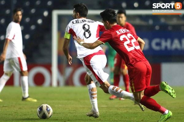 Góc giải mã: Tại sao cầu thủ U23 Jordan đi tất thủng lỗ chỗ đối đầu với Việt Nam?-1