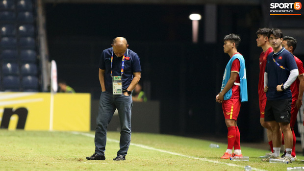 HLV Park Hang-seo chăm sóc từng học trò sau trận đấu kiệt sức với U23 Jordan-1