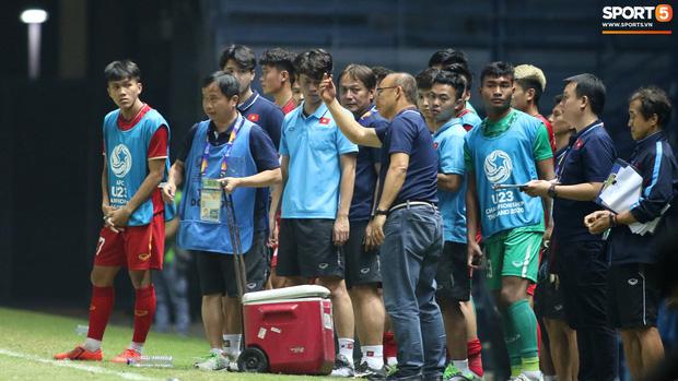 HLV Park Hang-seo chăm sóc từng học trò sau trận đấu kiệt sức với U23 Jordan-4