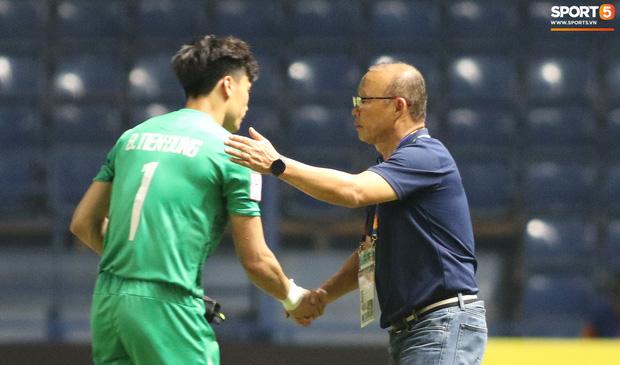 HLV Park Hang-seo chăm sóc từng học trò sau trận đấu kiệt sức với U23 Jordan-6