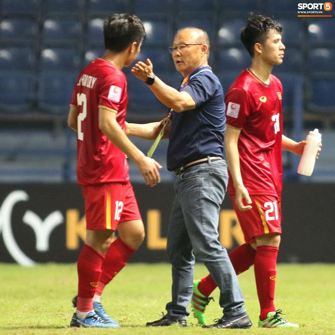 HLV Park Hang-seo chăm sóc từng học trò sau trận đấu kiệt sức với U23 Jordan-13