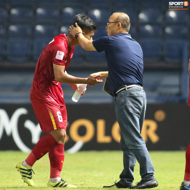 HLV Park Hang-seo chăm sóc từng học trò sau trận đấu kiệt sức với U23 Jordan-12
