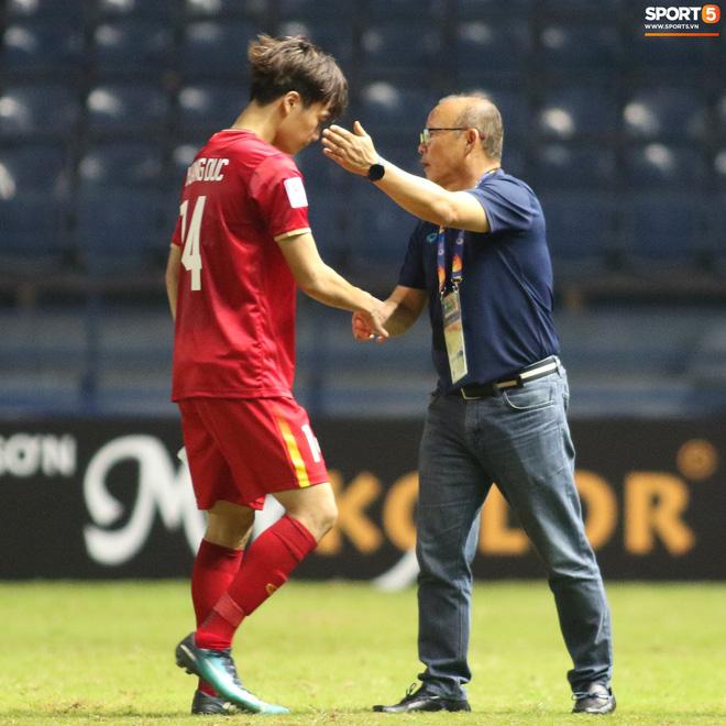 HLV Park Hang-seo chăm sóc từng học trò sau trận đấu kiệt sức với U23 Jordan-11