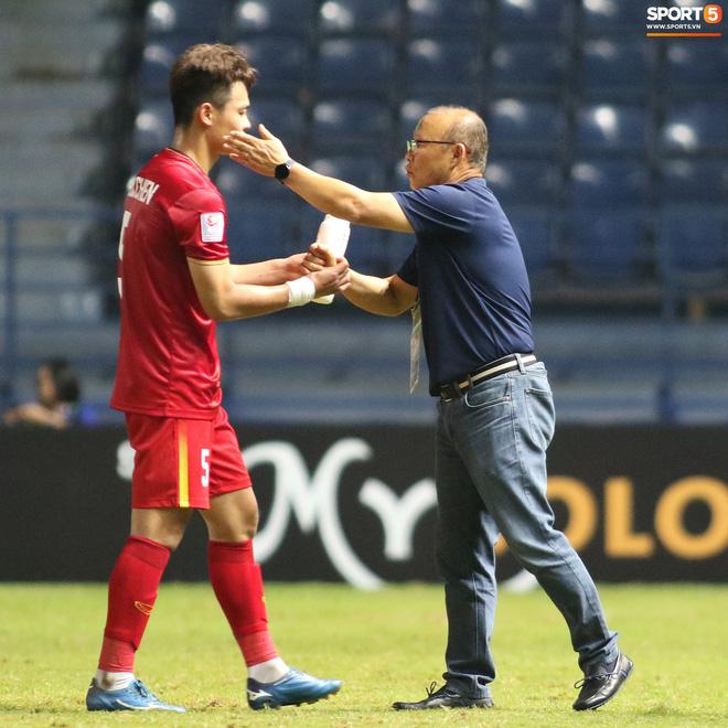 HLV Park Hang-seo chăm sóc từng học trò sau trận đấu kiệt sức với U23 Jordan-10