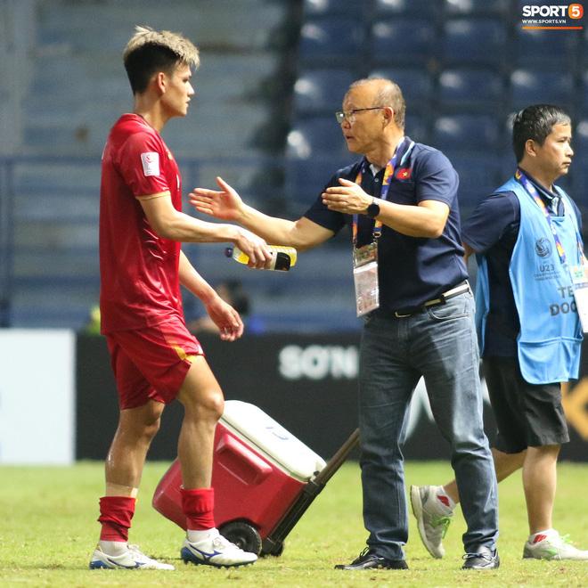 HLV Park Hang-seo chăm sóc từng học trò sau trận đấu kiệt sức với U23 Jordan-9