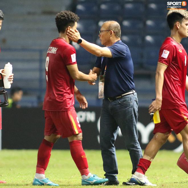 HLV Park Hang-seo chăm sóc từng học trò sau trận đấu kiệt sức với U23 Jordan-8