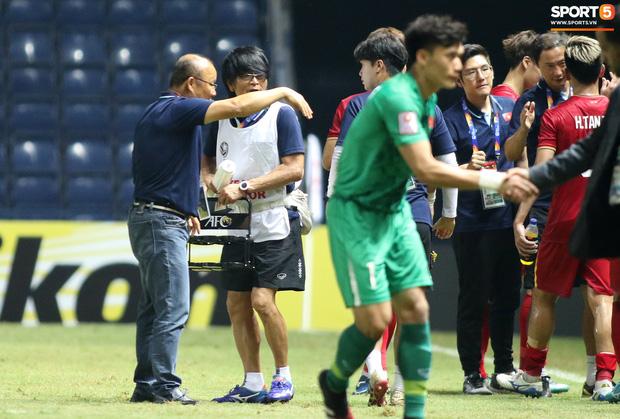 HLV Park Hang-seo chăm sóc từng học trò sau trận đấu kiệt sức với U23 Jordan-15