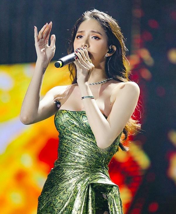 Hương Giang thích diện đồ ánh kim, khoe đường cong sexy lấn át HyunA-2