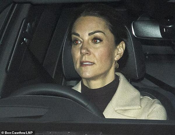Cuối cùng Công nương Kate cũng chính thức lộ diện sau cú sốc của vợ chồng em dâu Meghan Markle với gương mặt ảm đạm-1