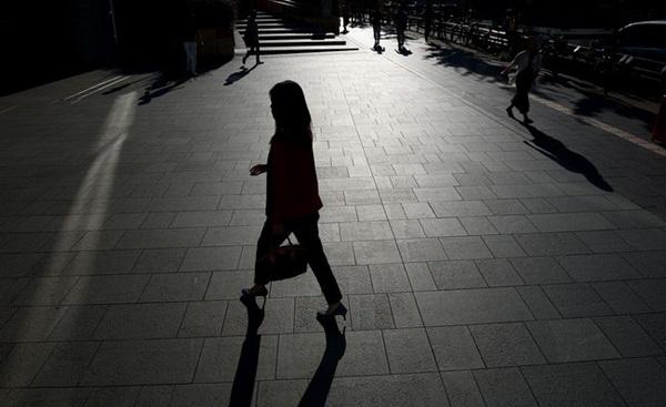 Cuộc sống 2 mặt của nhiều phụ nữ Nhật Bản: Ban ngày làm công ăn lương, tối đến trở thành gái gọi, chồng con không ai hay-2
