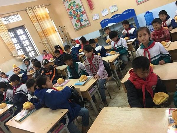 Biết học sinh nghèo chẳng bao giờ được ăn sáng, cô giáo quyết tâm tặng món quà đặc biệt trước kỳ nghỉ Tết khiến ai nấy rưng rưng-2