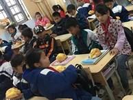 Biết học sinh nghèo chẳng bao giờ được ăn sáng, cô giáo quyết tâm tặng món quà đặc biệt trước kỳ nghỉ Tết khiến ai nấy rưng rưng