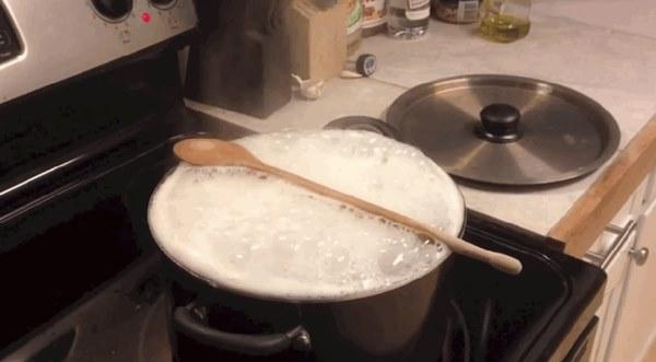 Sự thật về lớp bọt khí thường nổi lên trong lúc nấu ăn mà nhiều bà nội trợ hay vớt bỏ: Lợi hay hại cho sức khỏe?-1