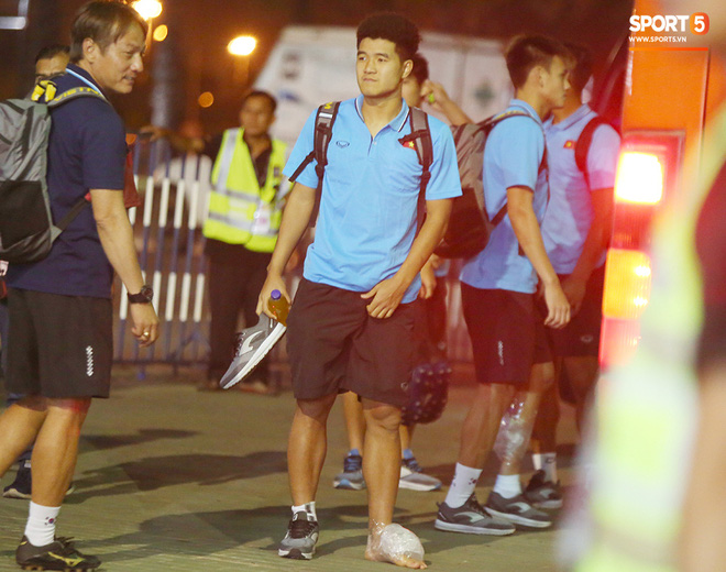Bị cầu thủ Jordan chơi bóng kiểu bánh mì kẹp thịt, Đức Chinh tập tễnh lên xe buýt về khách sạn-5