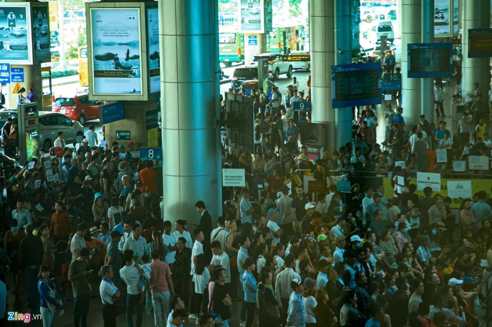 Sân bay Tân Sơn Nhất chật ních người đón thân nhân về quê ăn Tết-1