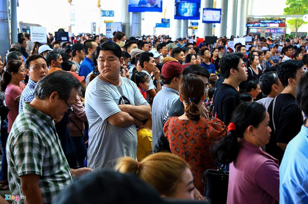 Sân bay Tân Sơn Nhất chật ních người đón thân nhân về quê ăn Tết-2