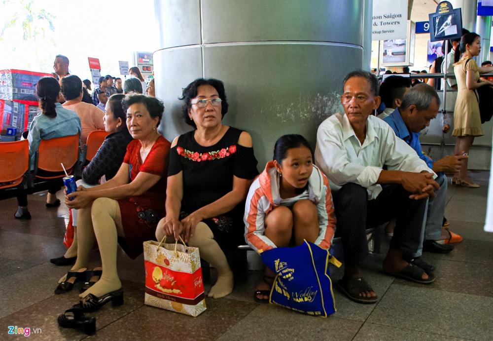 Sân bay Tân Sơn Nhất chật ních người đón thân nhân về quê ăn Tết-4