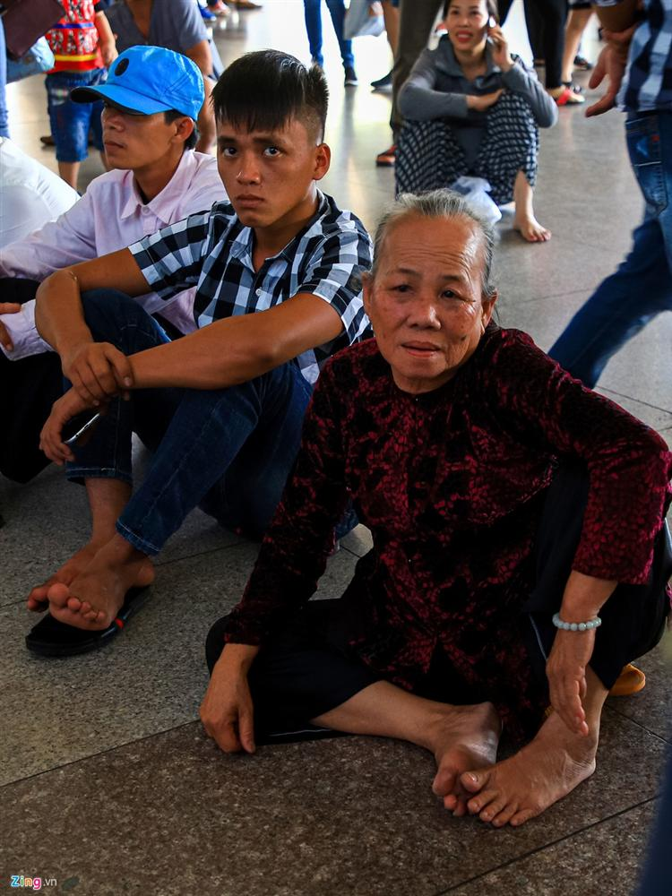 Sân bay Tân Sơn Nhất chật ních người đón thân nhân về quê ăn Tết-5