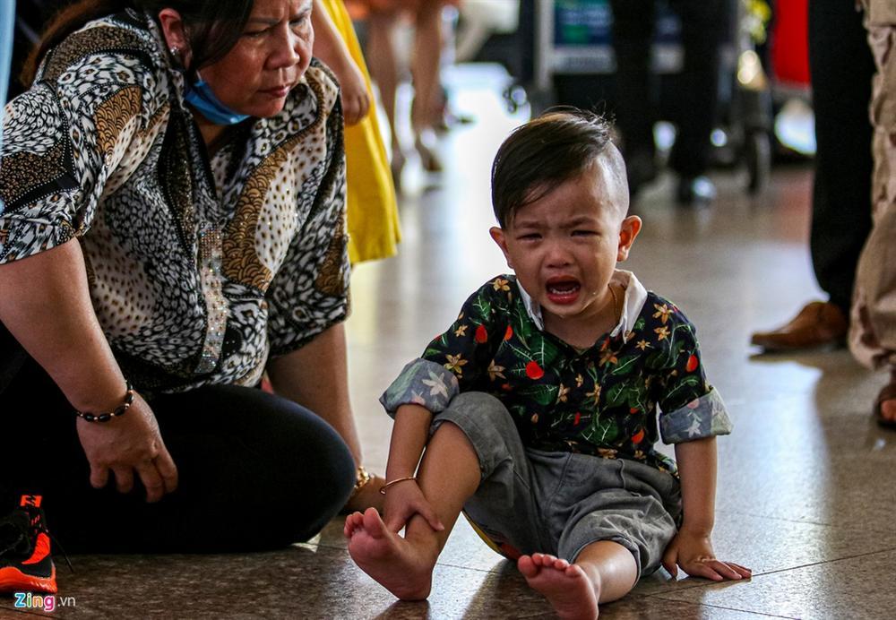 Sân bay Tân Sơn Nhất chật ních người đón thân nhân về quê ăn Tết-6