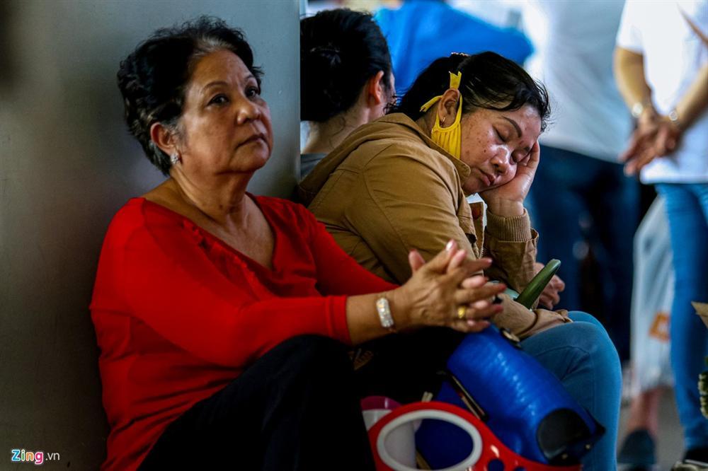Sân bay Tân Sơn Nhất chật ních người đón thân nhân về quê ăn Tết-7