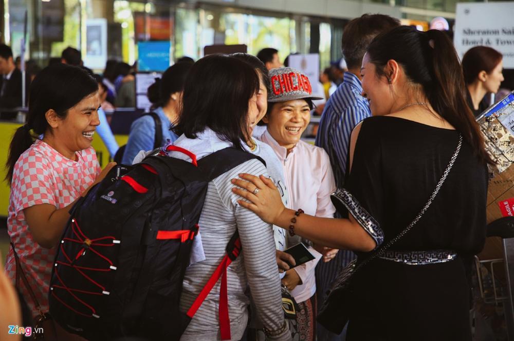 Sân bay Tân Sơn Nhất chật ních người đón thân nhân về quê ăn Tết-9