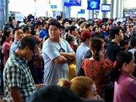 Sân bay Tân Sơn Nhất chật ních người đón thân nhân về quê ăn Tết