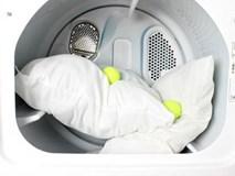 Cho thêm thứ này vào máy giặt, ruột gối ố vàng cũng trắng tinh sau 5 phút