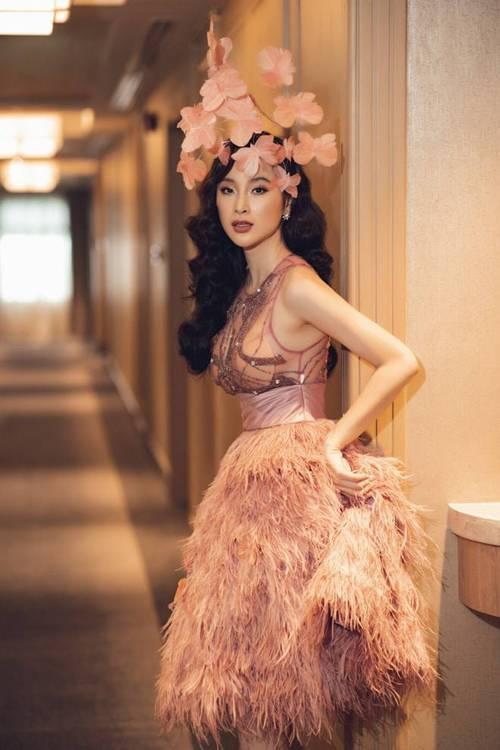 Diện cùng mẫu váy, Hari Won và Angela Phương Trinh chia nhau giải mặc xấu vì lộ mút ngực-1