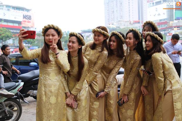 Đám hỏi trung vệ Duy Mạnh - Quỳnh Anh: Chủ rể ngại ngùng khi đặt chân tới nhà gái-15