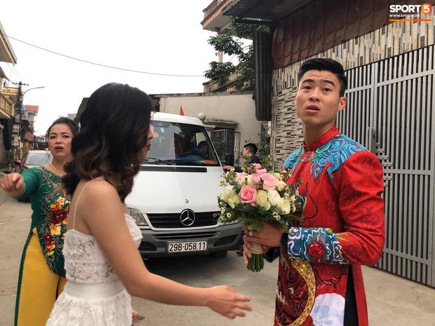 Đám hỏi trung vệ Duy Mạnh - Quỳnh Anh: Chủ rể ngại ngùng khi đặt chân tới nhà gái-17