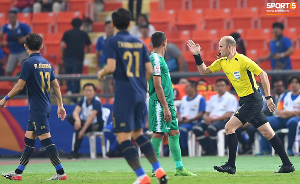 HLV trưởng U23 Iraq trách trọng tài xem VAR quá nhanh rồi ra quyết định có lợi cho Thái Lan-1
