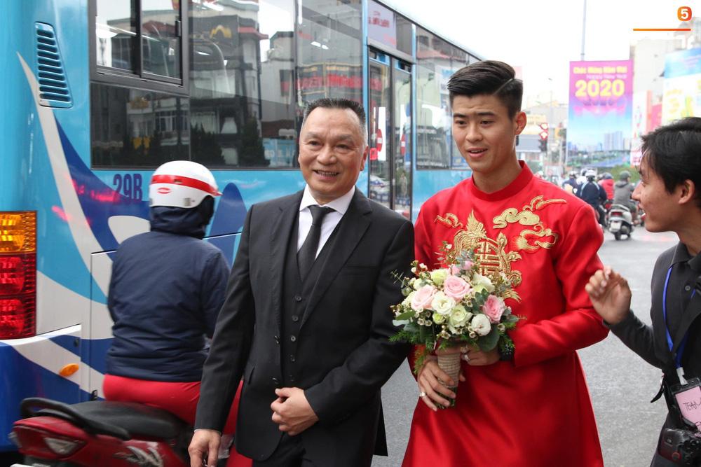 Đám hỏi trung vệ Duy Mạnh - Quỳnh Anh: Chủ rể ngại ngùng khi đặt chân tới nhà gái-1