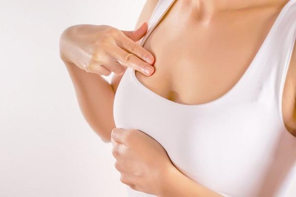 Bỏ gần 800 triệu nâng ngực, người phụ nữ bị hoại tử nặng-2