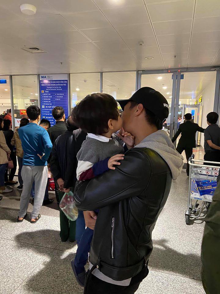 Vợ chồng Kỳ Hân đón con trai về Việt Nam ăn Tết, cu Tỏi gây choáng toàn tập với vẻ ngoài hoàn toàn khác lạ-2
