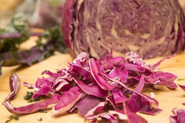 Trổ tài muối bắp cải đỏ lạ miệng dịp Tết, thêm vào món ăn nào nhìn cũng rất đẹp mắt-2