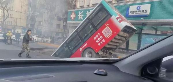 Xe buýt đang vào trạm bất ngờ gặp nạn khi mặt đường bị sập khiến 9 người tử vong-2