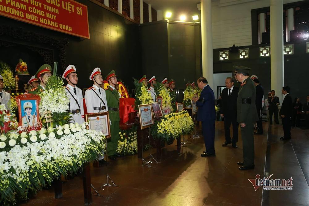 Xót xa dải tang trắng trong lễ tang 3 liệt sĩ hy sinh ở Đồng Tâm-2