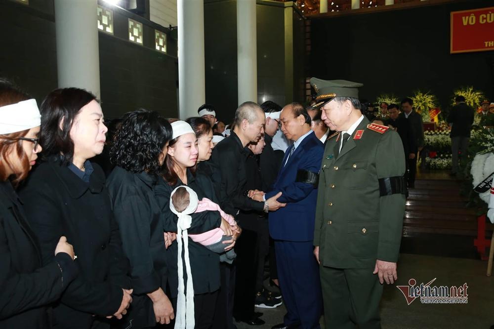 Xót xa dải tang trắng trong lễ tang 3 liệt sĩ hy sinh ở Đồng Tâm-3