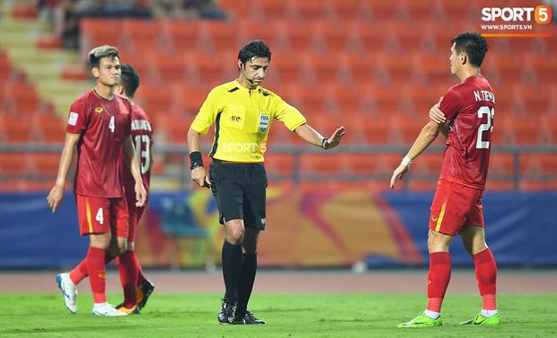 Góc lý giải: Vì sao cầu thủ Triều Tiên để bóng chạm tay trong vòng cấm địa nhưng Việt Nam không được phạt đền?-1